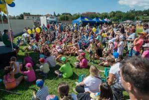 Děti a rodiče čekají na vystoupení Michala z Kouzelné školky  (zdroj: Lidl Česká republika)