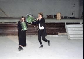 Zakladatelé Divadla Líšeň Luděk Vémola a Pavla Dombrovská v performanci Červená – Dělňák v roce 1999 (festival Probuzení se sutin)
