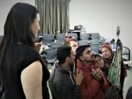Členové indického souboru Tolpava Koothu zkoumají mechanismus loutky Sávitrí divadla Líšeň (foto: Divadlo Líšeň)